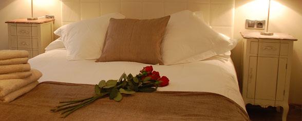 Fin de semana romántico en casa (cama con flores)